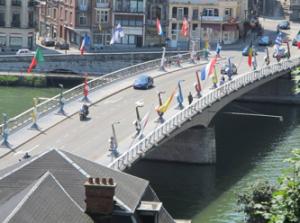 Overzicht van de brug met de grote Saxofoons.